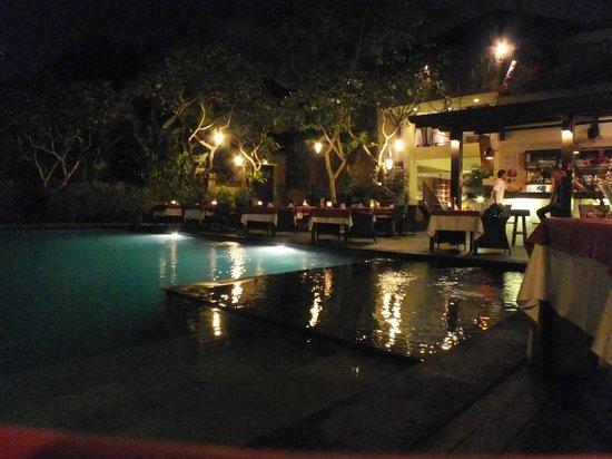 Caramel Restaurant at Kamuela Villas Sanur: Pool side night time