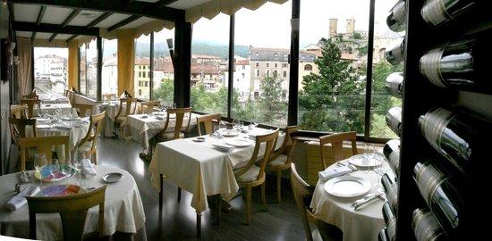 Phoebus Restaurant : La salle et notre table en bas à gauche