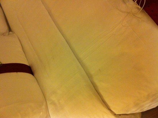 Holiday Inn Chiang Mai: Una delle macchie sulle lenzuola