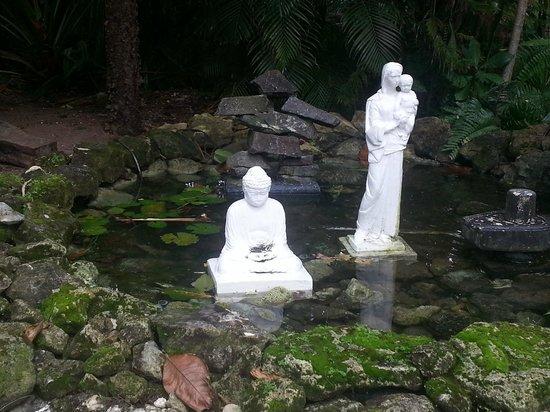 Sivananda Ashram Yoga Retreat: Statues
