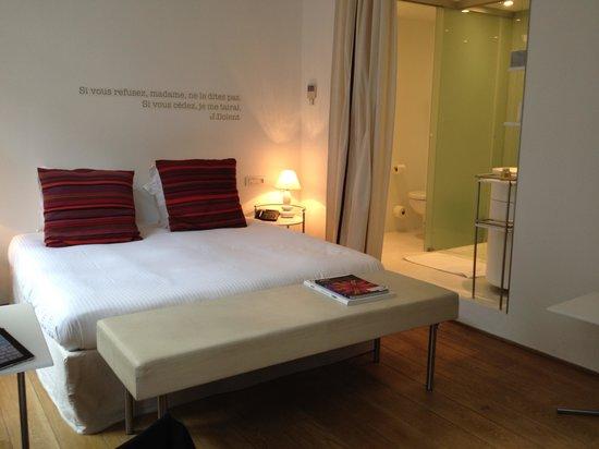 Hotel Cafe Pacific: Bed/Bathroom