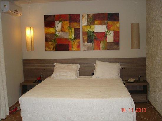 Hotel Internacional Gravatal: Quarto redecorado c móveis atuais.