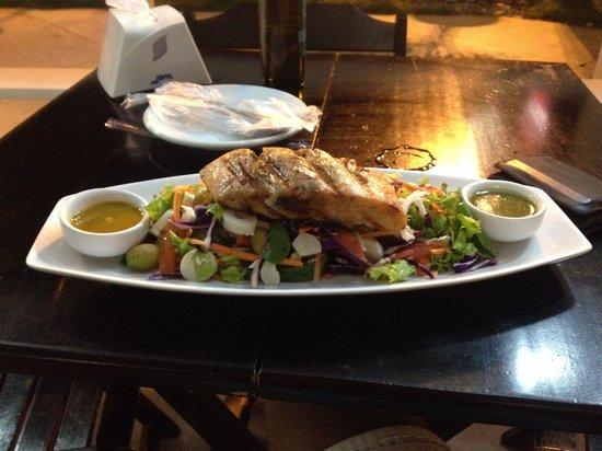 Acai Aju: Salmão com salada! Lindo e gostoso!