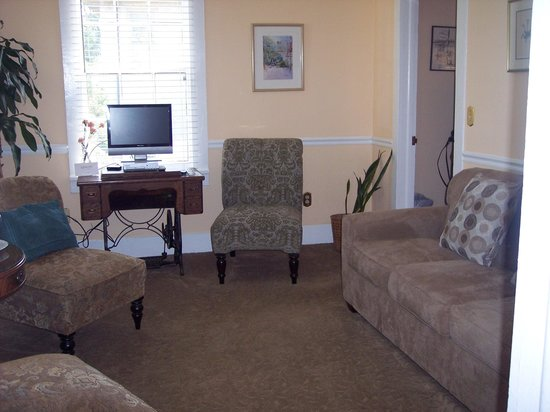 St. Francis Inn Bed and Breakfast : The living room of the Wilson Suite