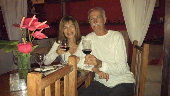 Pousada Sitio & Poesia : Vinho enquanto aguardávamos o rodízio de fondue. Tudo de bom!