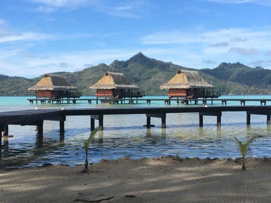 Vahine Private Island Resort: Gorgeous bungalows and Taha'a in distance