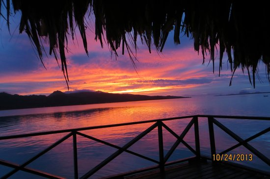 Tahaa, Polinesia Francesa: Spectacular Sunset - Bora Bora in distance to the right