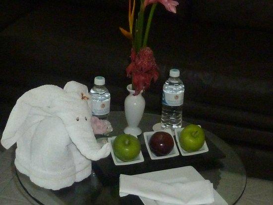 Sunset Royal Beach Resort: mesa de recibo en la suite