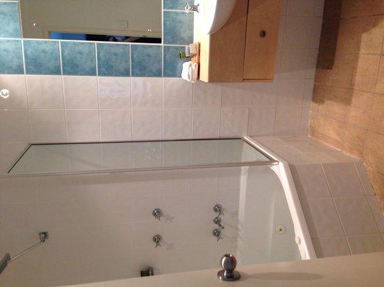 Mantra PortSea: In room spa in bathroom