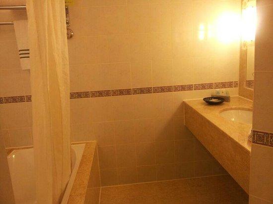 Hotel Equatorial Melaka: bathroom
