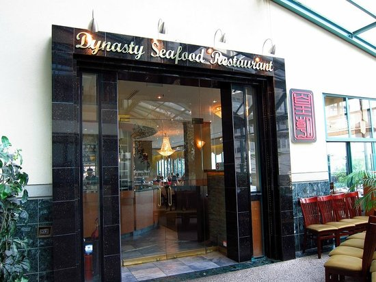 Dynasty Seafood Restaurant : Entry from inside the building with chairs to wait for a table