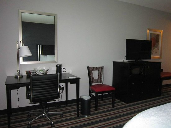 Hampton Inn & Suites Albany at Albany Mall : desk/tv
