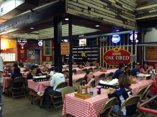 Rudy's Country Store & Bar-B-Q : Dining area