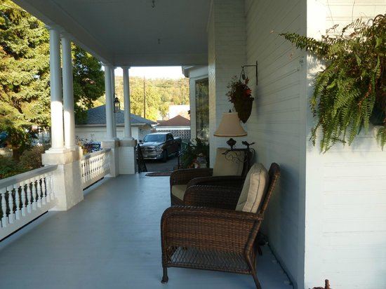 Magnolia House Bed & Breakfast: Porch