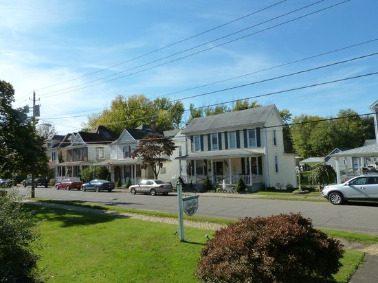 Magnolia House Bed & Breakfast: view of street from proch