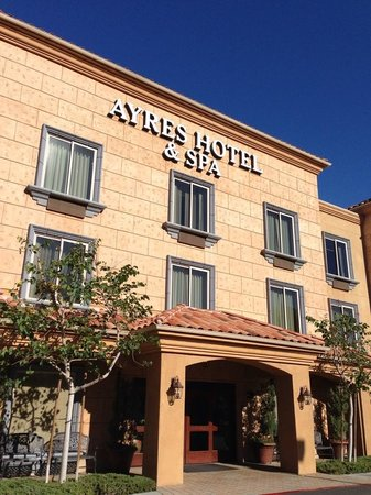 Ayres Hotel & Spa Mission Viejo : Front of Hotel