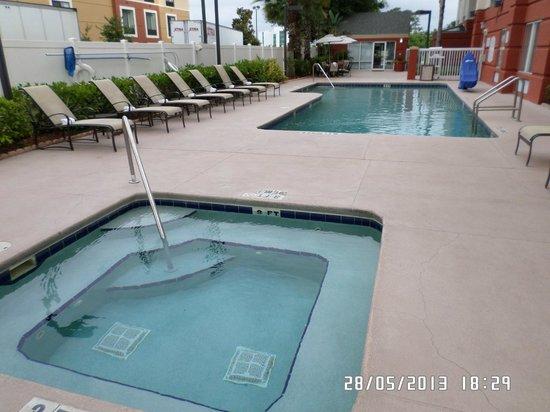 Fairfield Inn & Suites by Marriott Orlando Near Universal Orlando Resort : zona de piscina