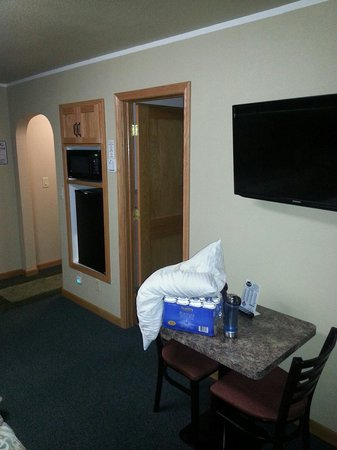 Night's Inn: 42 flat screen, mini fridge, and microwave