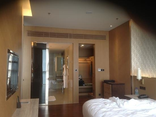 The OCT Harbour, Shenzhen - Marriott Executive Apartments : large bathroom and walk-in closet