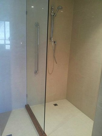 Four Points by Sheraton Perth: Beautifully sparkling spacious Shower