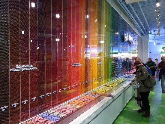Crayola Experience : wall of crayons