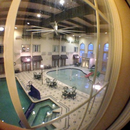Comfort Suites Milwaukee Airport: Looking down on the pool & spa from the 2nd floor