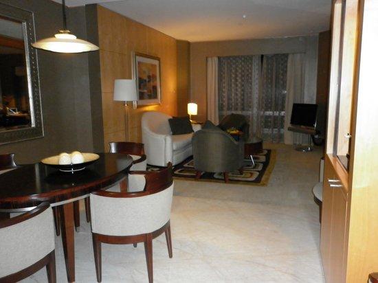 Shangri-La Hotel, Dubai: Lounge/dining area of Junior Suite