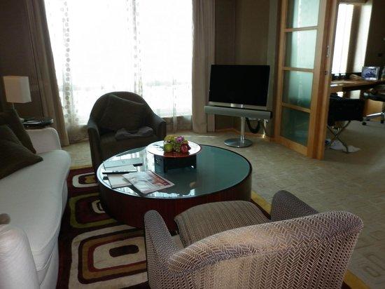 Shangri-La Hotel, Dubai: Loung (2nd huge TV)