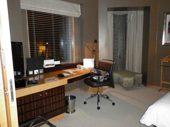 Shangri-La Hotel, Dubai: Junior Suite bedroom desk