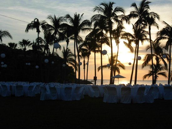 Club Med Ixtapa Pacific: tables set up for white night