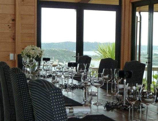 Te Whau Lodge: Dinner party style dining around Lodge dining table