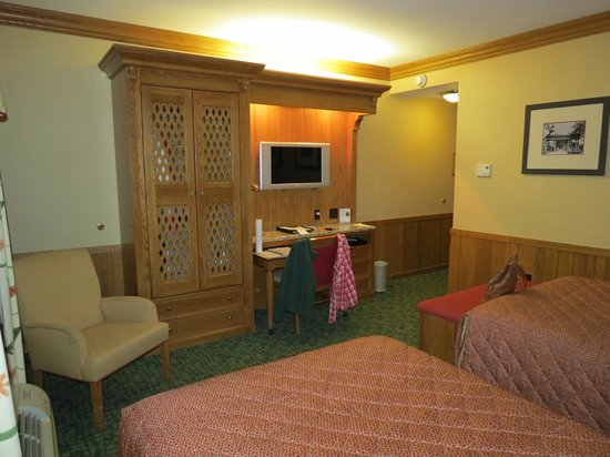 Wilson Lodge at Oglebay Resort & Conference Center : Standard-sized room.