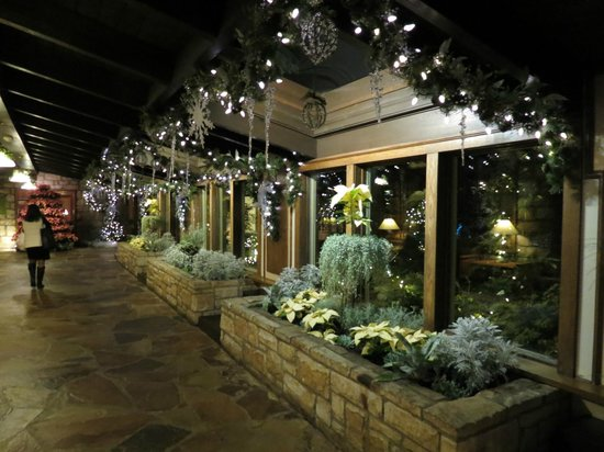 Wilson Lodge at Oglebay Resort & Conference Center : Seasonally decorated hall near the dining room.