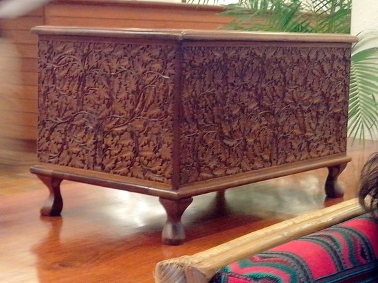 Casino Hotel: Beautiful carved chest in the entrance lobby