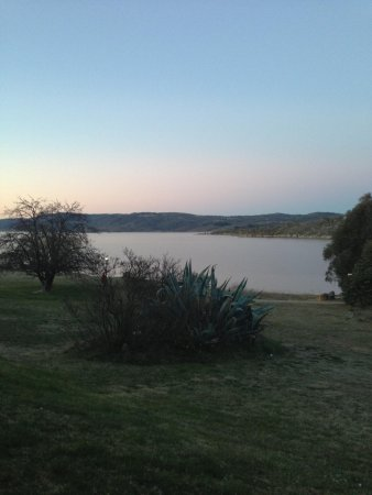 Lake Jindabyne Hotel: view from our room out to the lake