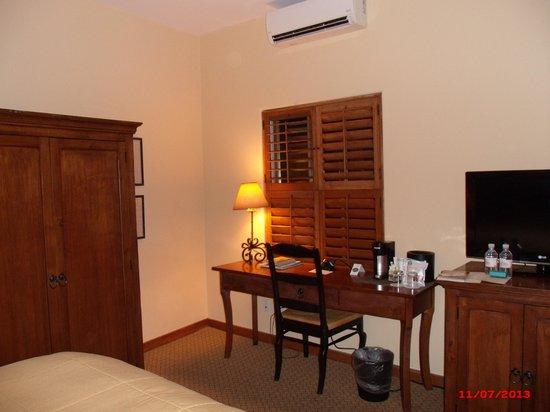 Old Santa Fe Inn: Room-desk