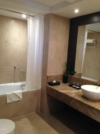Cristal Hotel Abu Dhabi: Suite Bathroom