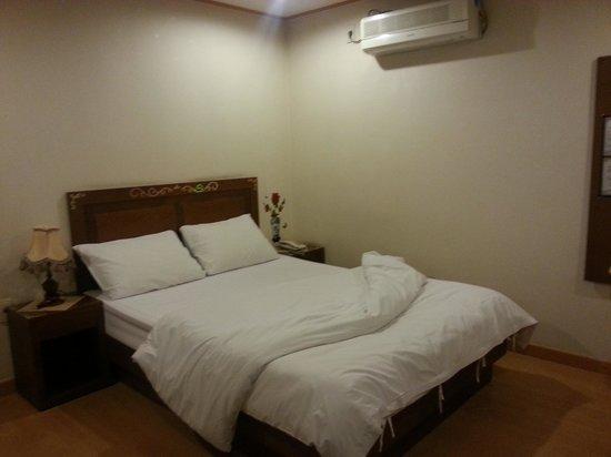 December Hotel Jeju: nice bed