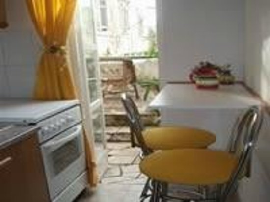 Stella Apartments: Kitchenet -small apartmenst