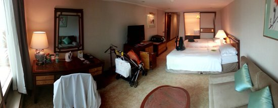 The Royal Pacific Hotel & Towers: Big Room