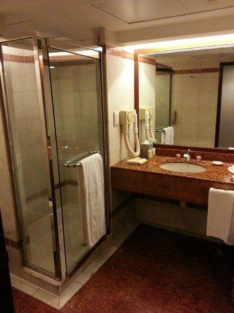 The Royal Pacific Hotel & Towers: Big Bathroom