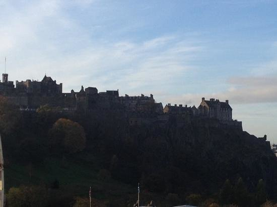 Mercure Edinburgh City - Princes Street Hotel: castle view from our room