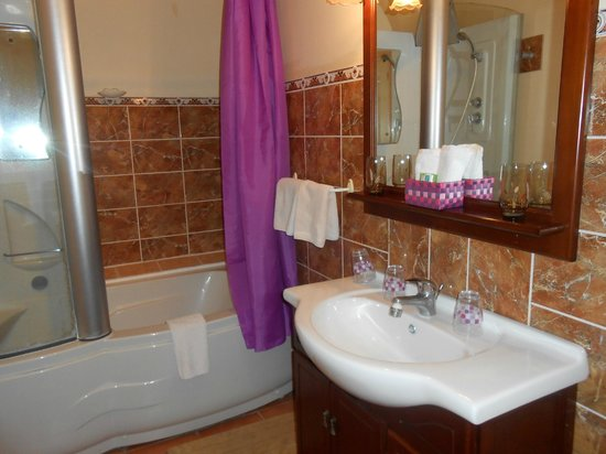 Clos du Bois Brard : salle de bains de la chambre de la piscine