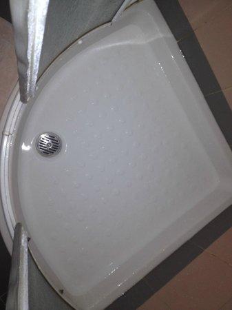 Hotel Verdi: Box doccia allagato