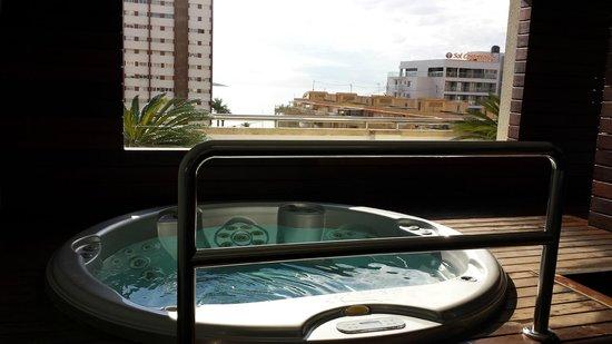 Hotel Agir: un des 2 jacuzzis avec le vue sur mer