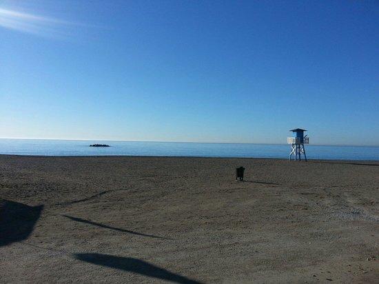 Hotel Maria Cristina: Playa cruzando una calle