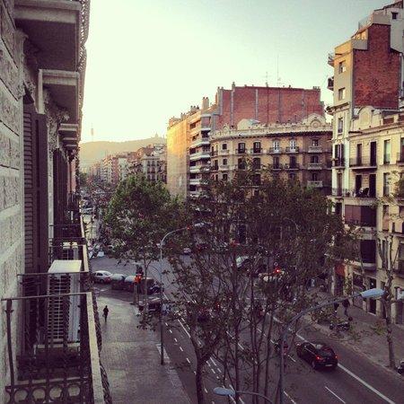 Barcelona Rooms: Вид из номера на проезжую часть