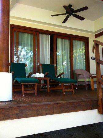 Hilton Seychelles Labriz Resort & Spa : la villa avec transats et salon extérieur ainsi que 2 transat spécial mer
