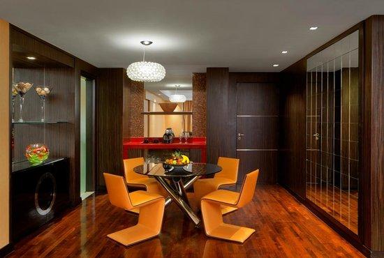 Radisson Blu Hotel, Dubai Media City : Suite Dining Area