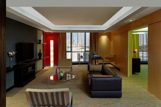 Radisson Blu Hotel, Dubai Media City : Suite Livingroom